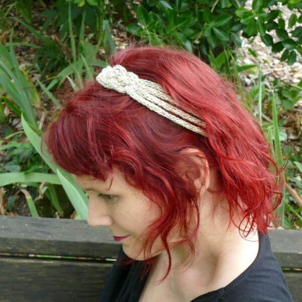 Bandeau ou headband pour l'été couleur doré et porté sur mannequin