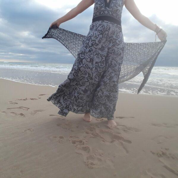 Châle modèle ajouré 1 couleur noir/blanc sur mannequin à la plage