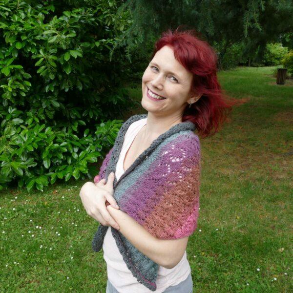 châle ajouré 3 couleur rose et gris photo sur mannequin