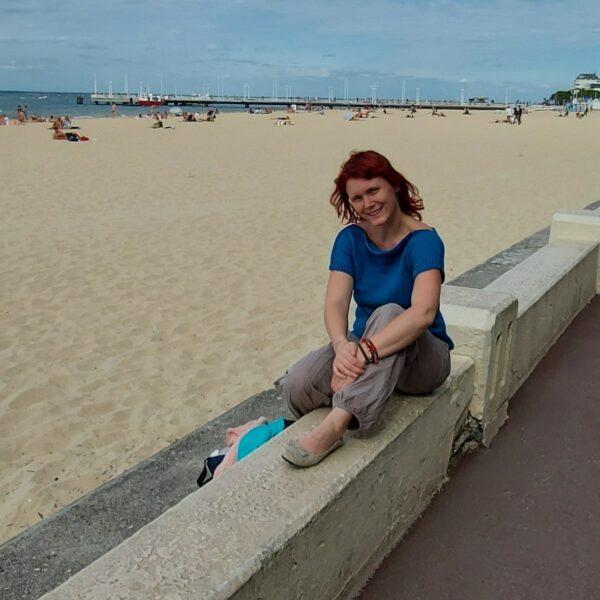 t-shirt coton couleur bleu sur mannequin à la plage