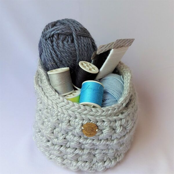panier-souple-au-crochet-couleur-gris-dedans-pelote-de-laine
