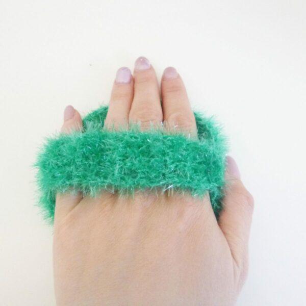 éponge-vaisselle-avec-anse-couleur-vert-avec-la-main